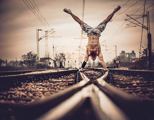 mano stand su ferrovia. - man city exercise abs foto e immagini stock