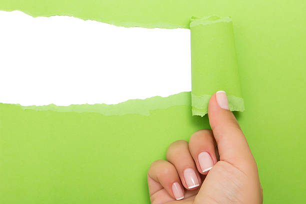 Hand tear a strip of green paper – Foto