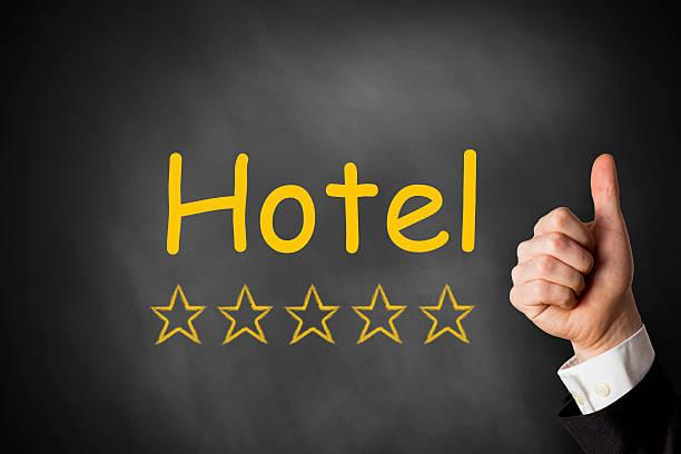 hand daumen hoch hotel goldenen sternen - flugticket vergleich stock-fotos und bilder