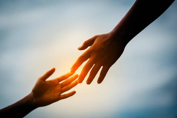 relacja trzymania dłoni do ręki - bóg zdjęcia i obrazy z banku zdjęć