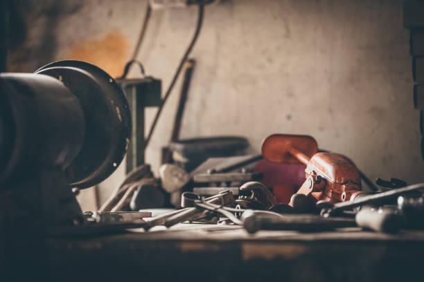 handwerkzeuge - werkzeugbank stock-fotos und bilder