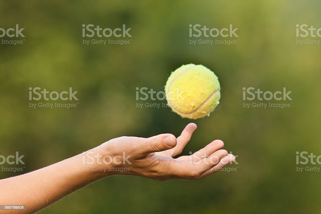 hand tossing tennis ball - foto de stock