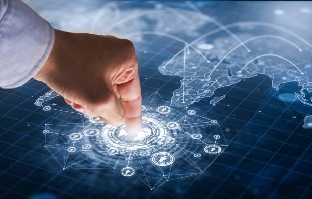 Hand zu futuristischen Bildschirm berühren – Foto