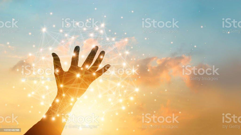 手觸摸全球網路連接和資料交換在天空日落背景。技術和電信概念。 - 免版稅互聯網圖庫照片