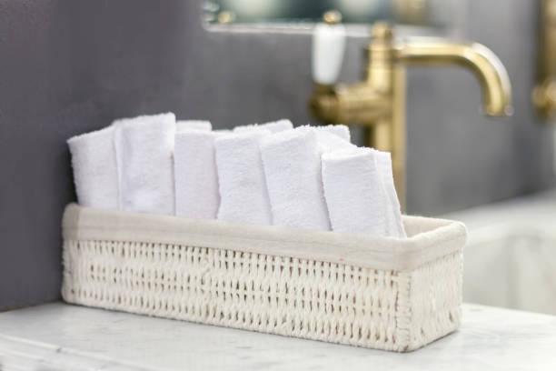 Toallas en el baño - foto de stock