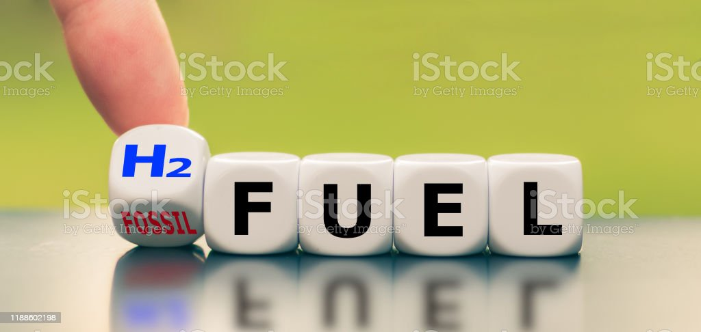 """Hand turns a dice and changes the expression """"fossil fuel"""" to """"H2 fuel"""" - Foto stock royalty-free di Ambiente"""