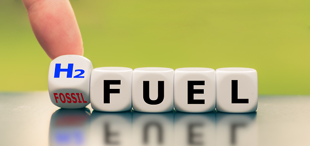 Hand Turns A Dice And Changes The Expression Fossil Fuel To H2 Fuel - Fotografie stock e altre immagini di Ambiente