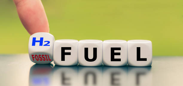 """hand turns a dice and changes the expression """"fossil fuel"""" to """"h2 fuel"""" - idrogeno foto e immagini stock"""