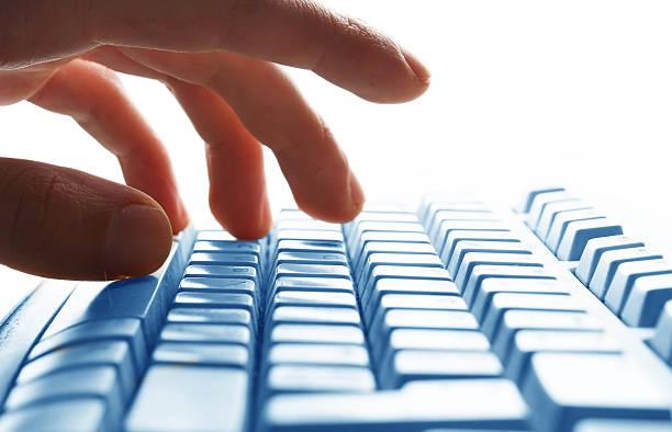 Hand Tippen auf der Tastatur – Foto