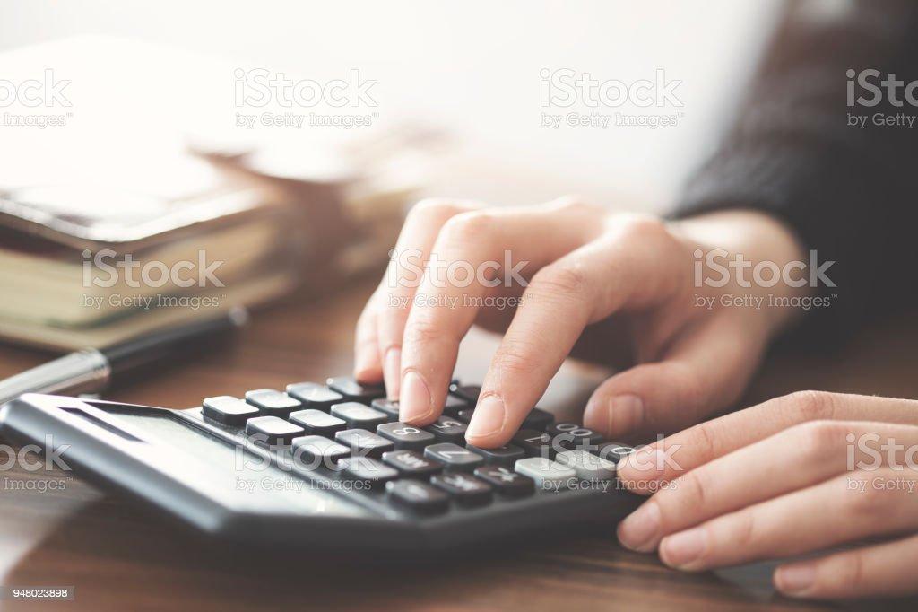 Hand mit Rechner auf dem Tisch – Foto
