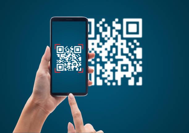 рука с помощью мобильного смартфона сканирует код на синем фоне. безналичные технологии и концепция цифровых денег - white background стоковые фото и изображения