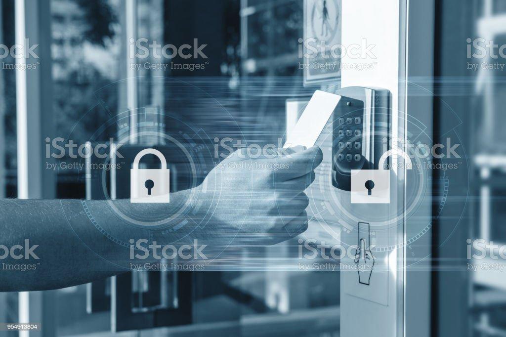 Manualmente usando o cartão de segurança a abrir a porta para entrar em edifício privado. Casa e construção de sistema de segurança - foto de acervo