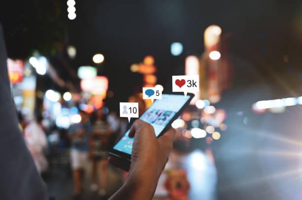 Hand mit Smartphone mit Social-Media-Konzept – Foto