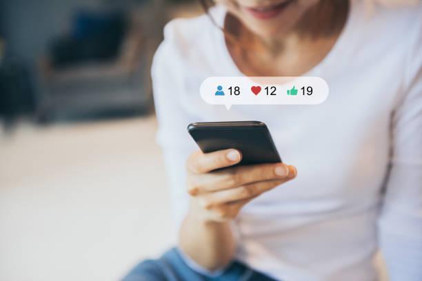 Hand mit Smartphone mit Social Media, Social-Network-Konzept. – Foto
