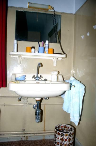 hand-waschbecken - badmöbel gäste wc stock-fotos und bilder