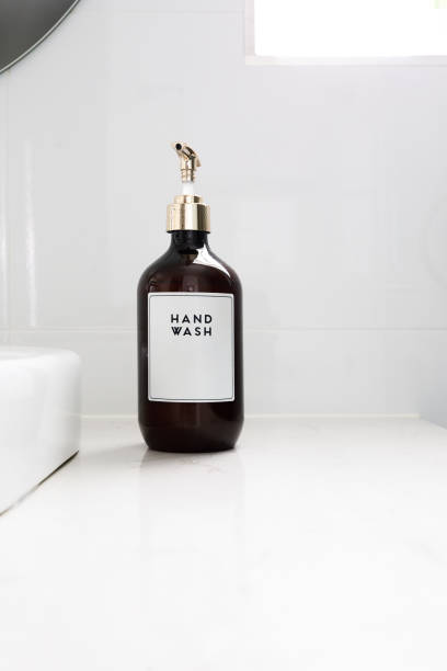 handwäsche-dispenser in luxus weiße badezimmer - inneneinrichtungen - badmöbel gäste wc stock-fotos und bilder