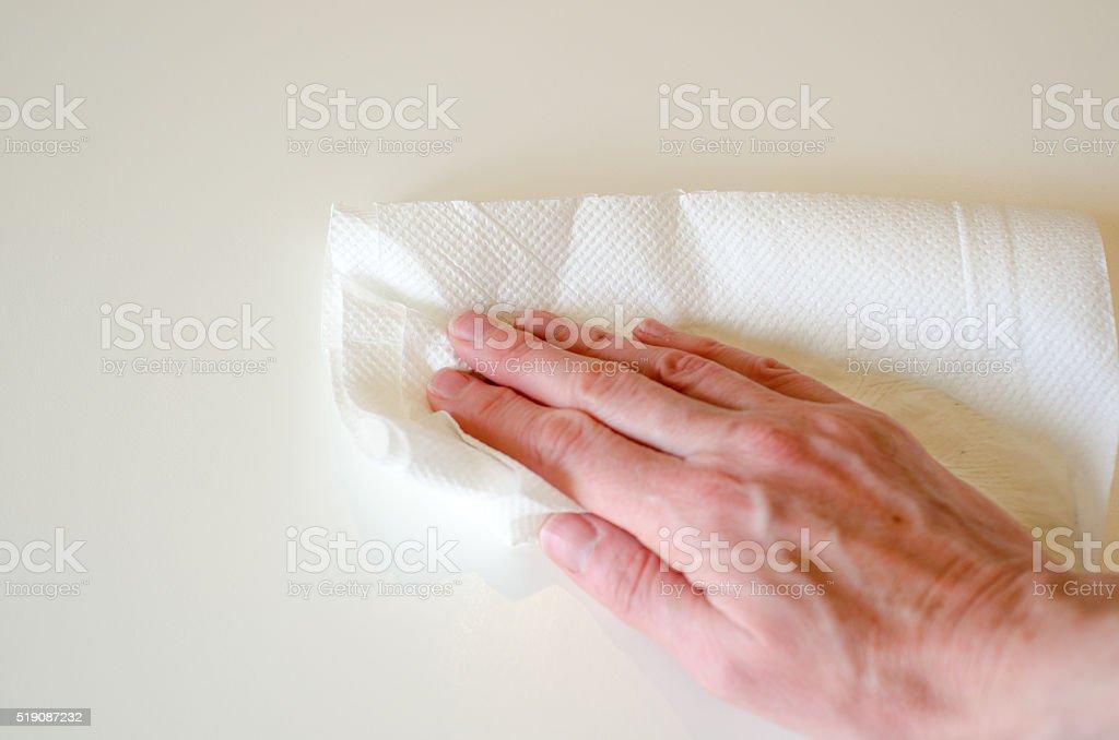 Hand abwischen weißen Tisch mit weißen Küche Papier – Foto