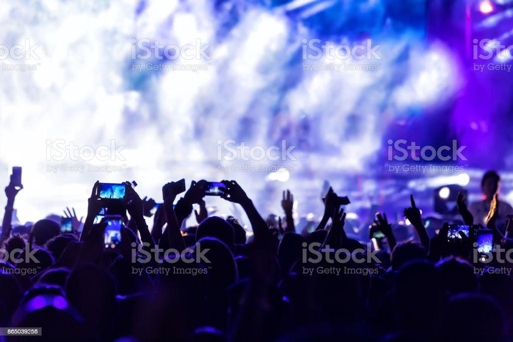 Mão com um festival de música ao vivo de registros de smartphone - foto de acervo