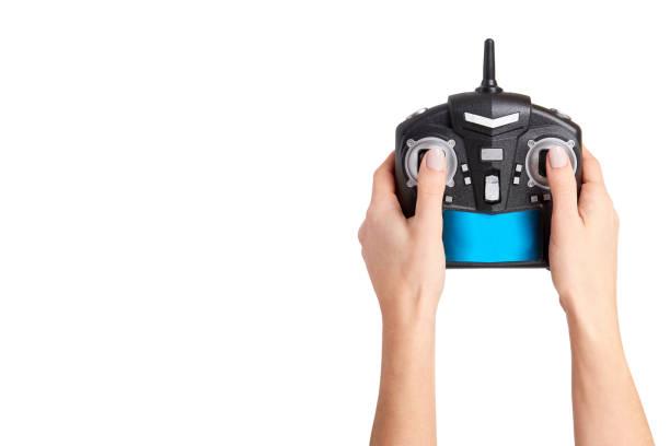 Hand met zwarte afstandsbediening voor Drone, RC met antenne foto