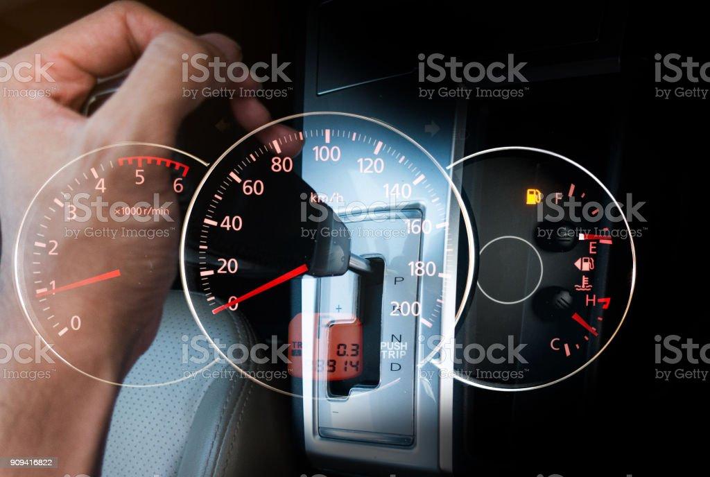 Mano con coche equipo stic con salpicadero de coche de speedmeter. - foto de stock