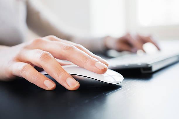 main avec ordinateur souris - clavier d'ordinateur photos et images de collection