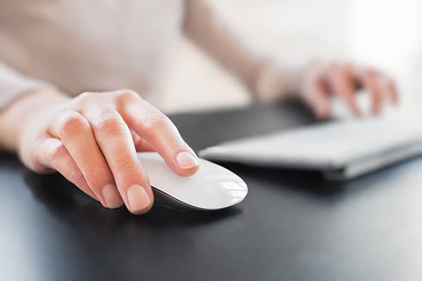 Hand mit Computer-Maus – Foto