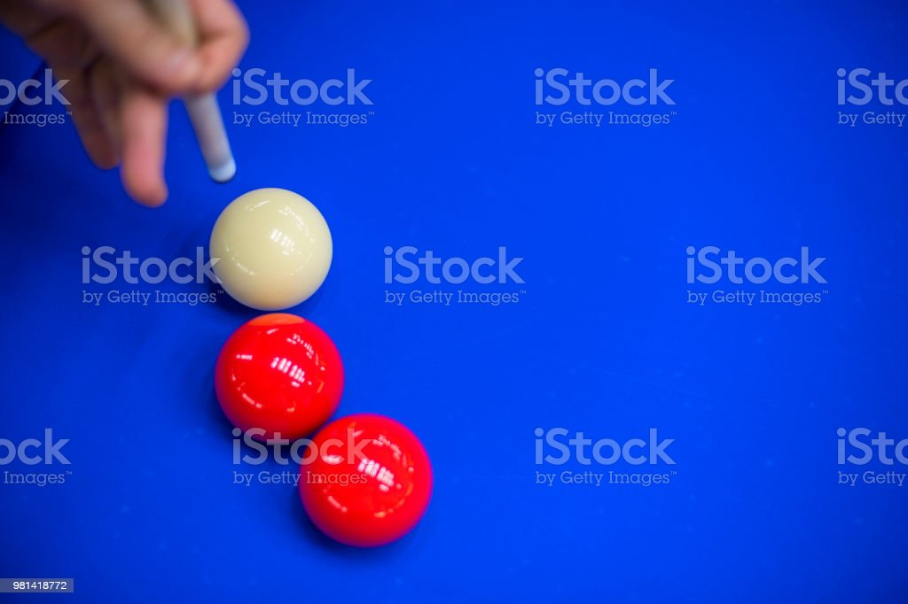 손 전에 큐는 당구 공에 타격 스톡 사진
