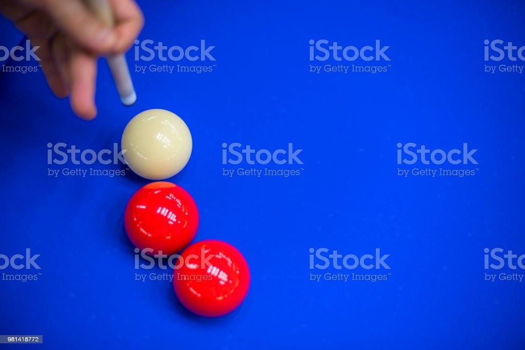 Hand with cue before the a blow to billiard ball - fotografia de stock