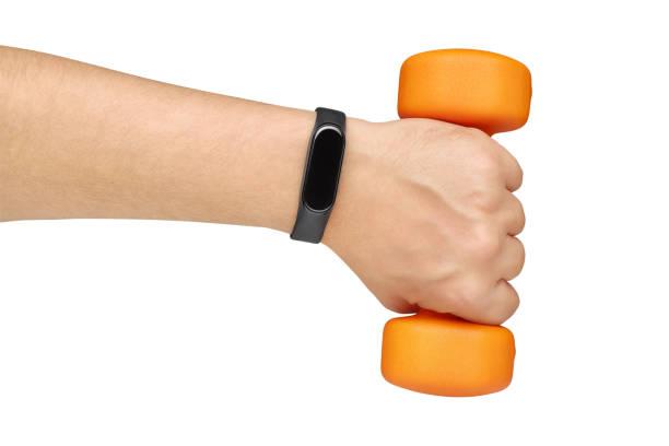 hand mit fitness- oder aktivitätstracker, der hantel isoliert auf weiß hält - armband i gummi stock-fotos und bilder