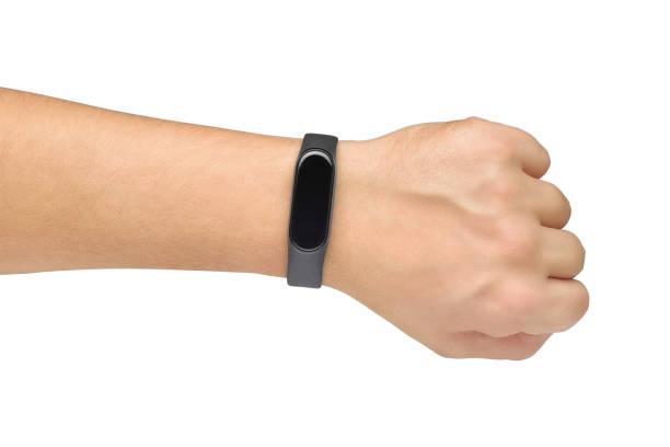 hand mit fitness oder aktivität tracker auf sie isoliert auf weiß - armband i gummi stock-fotos und bilder