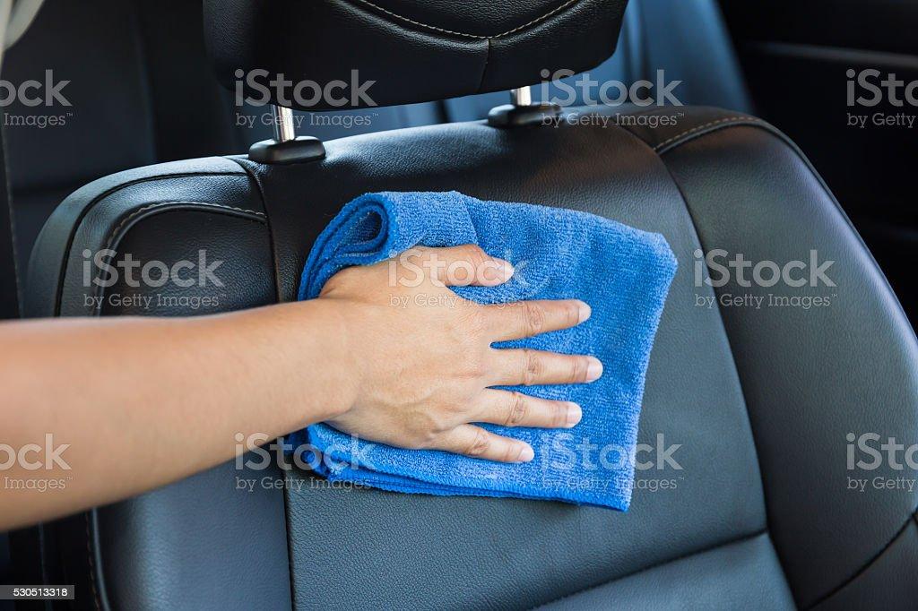Hand mit einem Tuch reinigen Mikrofaser innen moderne Auto. – Foto