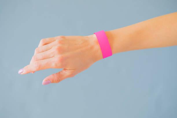 hand mit mock-up armband - armband i gummi stock-fotos und bilder