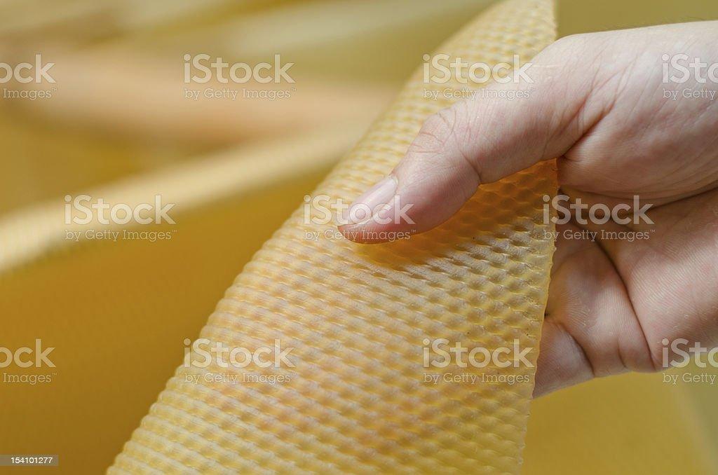 Mão com borracha folha seca para - foto de acervo