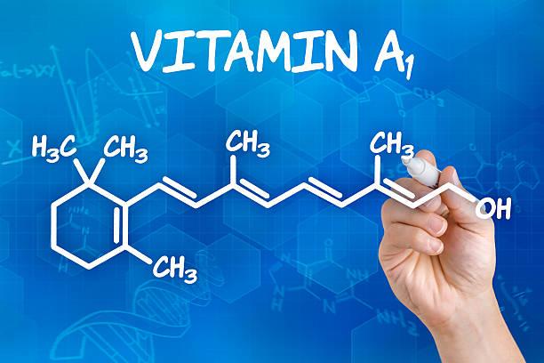 mano con rotulador dibujo la fórmula química de vitamina a - vitamina a fotografías e imágenes de stock