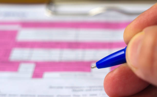 main avec un crayon sur l'arrière-plan du formulaire accident voiture. très gros plan. - titre mondial photos et images de collection