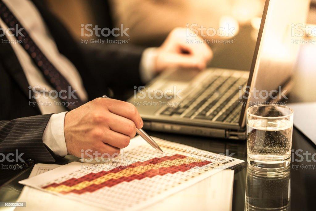Mão com caneta sobre nfographic - foto de acervo