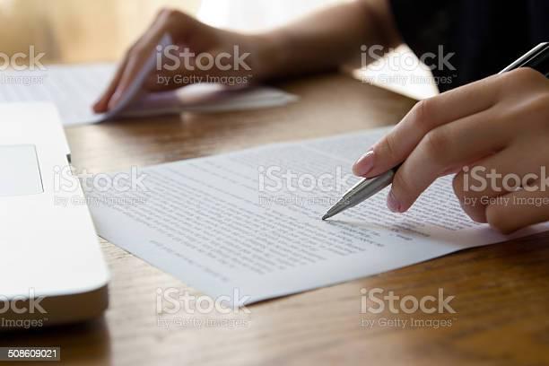 Hand Mit Stift Korrekturlesen Stockfoto und mehr Bilder von Arbeiten