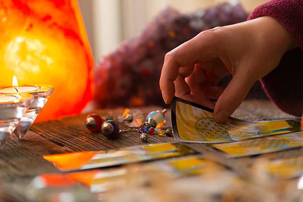 Hand mit tarot-Karte – Foto