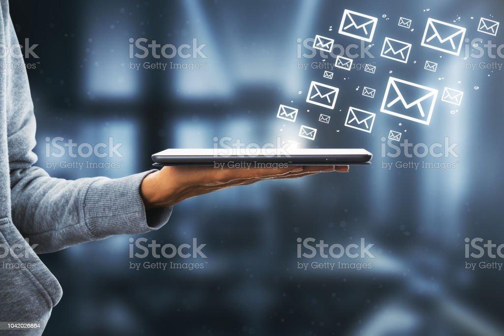 Hand mit Touchpad und e-Mail-Skizze – Foto