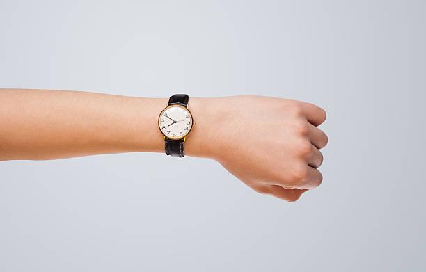 mano mostrando momento de disfrutar - reloj de pulsera fotografías e imágenes de stock