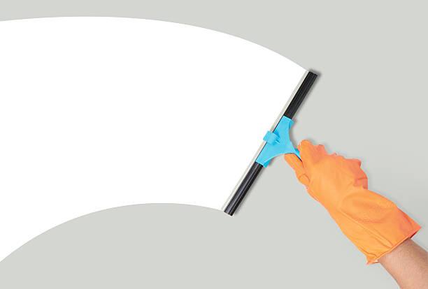 main avec un outil de nettoyage de la fenêtre - raclette photos et images de collection