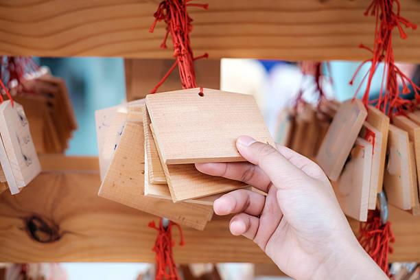 手に木製ボード、幸運 - 寺院 ストックフォトと画像