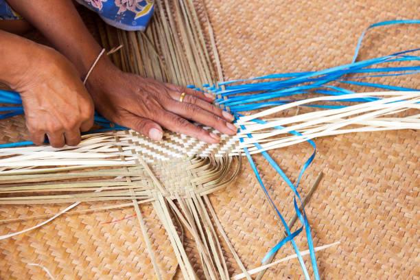 hand arbetar med bambu vävning. - halmslöjd bildbanksfoton och bilder