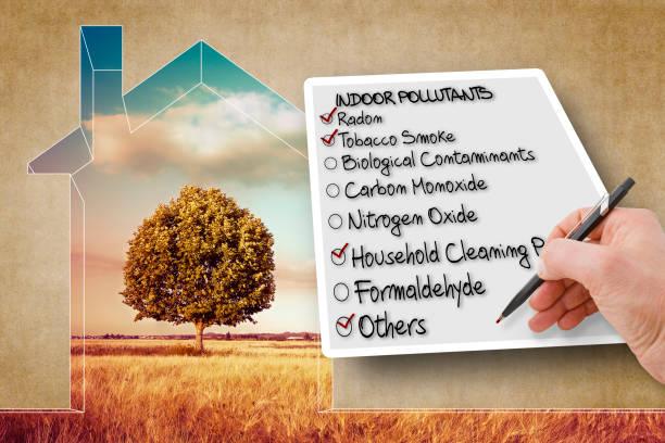 hand schrijven een checklist van binnenlucht verontreinigende stoffen - concept afbeelding - radon test stockfoto's en -beelden