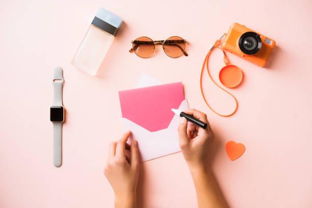 hand writing greeting card, flat lay womens accessories - pastellstifte stock-fotos und bilder