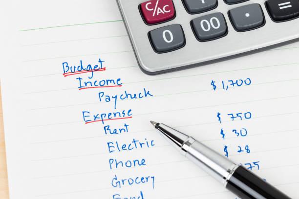handschrift haushaltsbudget mit taschenrechner - budget stock-fotos und bilder