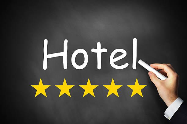hand schreiben hotel auf schwarze tafel mit fünf sternen - flugticket vergleich stock-fotos und bilder