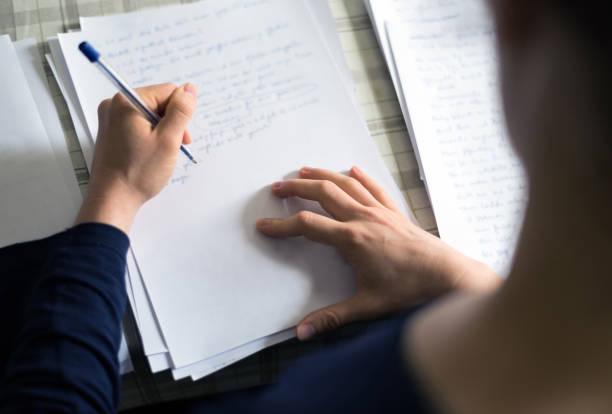 text der handschrift auf papierhintergrund mit textfreiraum - drehbuchautor stock-fotos und bilder