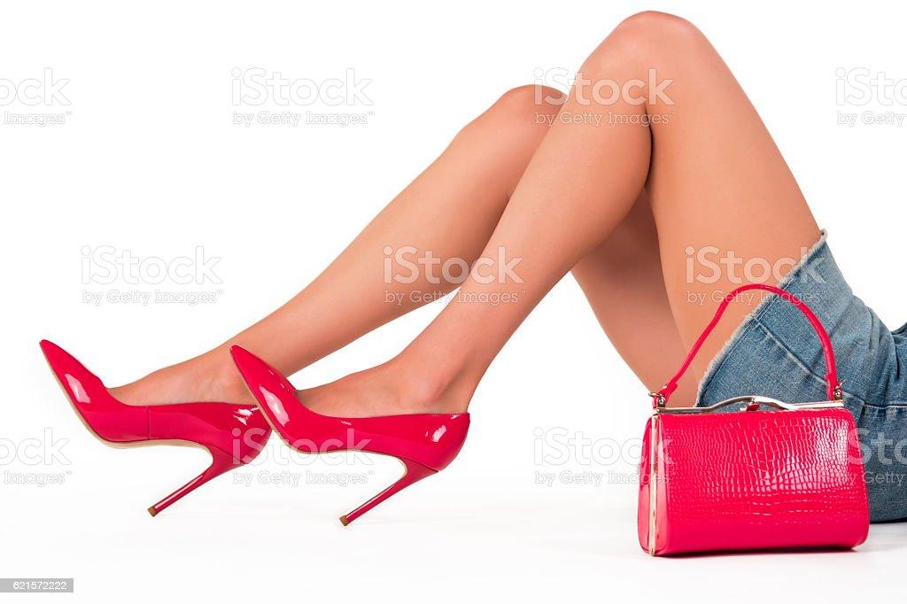 Handbag and legs in heels. photo libre de droits