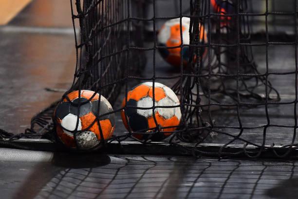 handboll bollen och nätet från målet - handboll bildbanksfoton och bilder